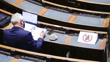 Même les parlements, comme les assemblées générales, ont tenu séance à distance.