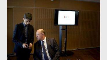 Bruno Patino (G), responsable du numérique à France Télévision et le Président du groupe Remy Pflimlin (D) présentent  Francetv info, le 14 novembre 2011 à Paris