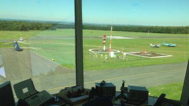L'avion de Magnussen et l'hélicoptère de la famille Palmer (Jonathan, ex pilote F1 et son fils Jolyon, actuel pilote Renault) sont parqués à l'aérodrome de Spa. Vue depuis la tour de contrôle.