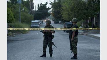 Des soldats mexicains près d'un périmètre de sécurité, le 27 août 2010 à Ciudad Victorial, dans l'Etat de Tamaulipas