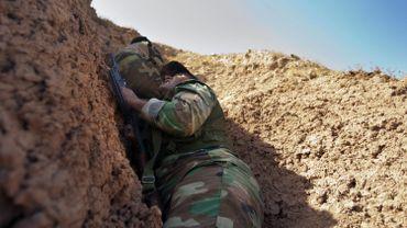 Illustration: un membre des forces kurdes à couvert en Irak