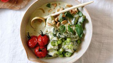 Curry vert au concombre sauté et aux tomates cocktails rôties.