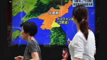 Un écran de télévision diffuse des images du lancement d'un missile nord-coréen, le 16 août 2019 à Tokyo, au Japon