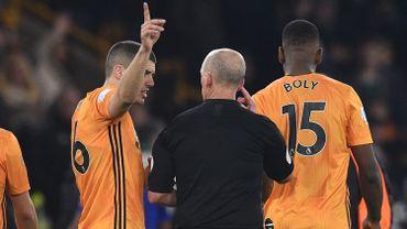 """""""Qui est hors-jeu? Je ne sais pas"""" : l'échange surréaliste entre un arbitre et un joueur en Premier League"""