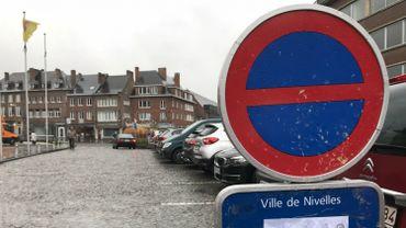 Défense de stationner sur la Grand Place de Nivelles pendant un mois du 30/11 au 28/12/2017