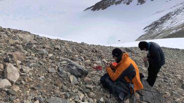 Steven Goderis (VUB) et Matthias van Ginneken (ULB) sur la chaîne montagneuse Sor Rondane en Antarctique. La moraine de fond et les sédiments près de la crête ont été échantillonnés et tous deux contiennent des micrométéorites.