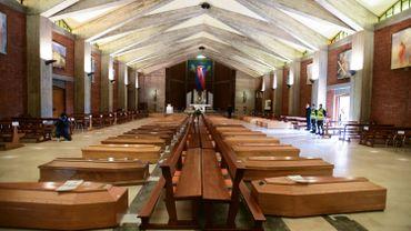 Des cercueils dans une église en Italie