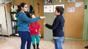 Des cours de théâtres permettent aux enfants de retrouver de la confiance en s'amusant