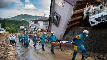 La police japonaise à la recherche de survivants des inondations, à Kumano (préfécture d'Hiroshima), le 9 juillet 2018