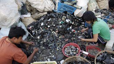 Des habitants de Guiyu (Chine) traitent des déchets électriques et électroniques de façon artisanale