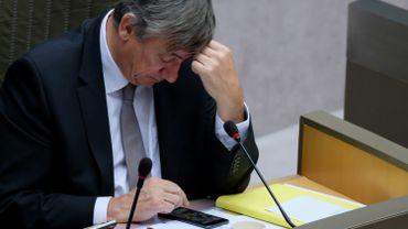 Jan Jambon plus absorbé par un jeu que par les débats sur sa déclaration gouvenementale