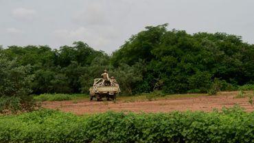 Les forces de sécurité nigériennes patrouillent la réserve de girafes de Kouré, le 21 août 2020