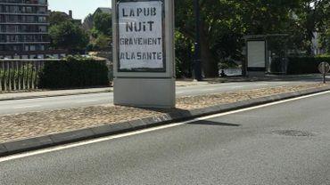 Des panneaux publicitaires ont été recouverts de ce message du groupe Extinction Rebellion à Namur. L'objectif est de dénoncer l'usage excessif de la publicité en ces temps de crise sanitaire.