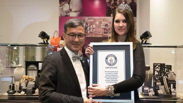 Le bijoutier de Hong-Kong Aaron Shum (à gauche) a établi un nouveau record pour le plus grand nombre de diamants jamais incrustés dans une montre.
