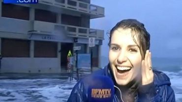 Une journaliste balayée par une vague pendant un direct