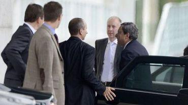 Le directeur de la BCE Mario Draghi (d) arrive à Berlin pour parler de la Grèce, le 25 septembre 2012