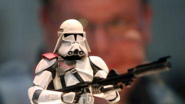 Parmi les 600 objets qui seront proposés se trouve aussi le masque d'un Stormtrooper issu du huitième épisode de la saga Star Wars