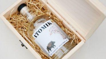 """Une équipe de chercheurs britanniques a contribué à la production d'une vodka sans radioactivité baptisée """"ATOMIK"""" à partir de récoltes effectuées près du site de Tchernobyl"""