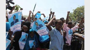 Des centaines de partisans de l'ancien Premier ministre Mohamed Abdullah Farmajo, candidat à la présidentielle, sont rassemblés dans une rue de Mogadiscio, le 9 août 2012
