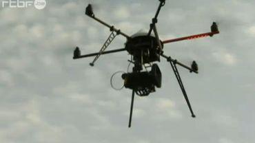 Sauf autorisation spécifique, les survols avec camera sont interdits en Belgique, mais depuis la commercialisation de petits drones au succès grandissant, les débats sur la réglementation reprennent.