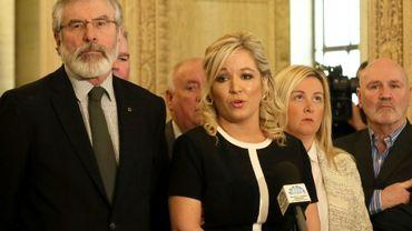 Le président du parti nationaliste irlandais Gerry Adams (g) à Belfast le 24 mars 2016