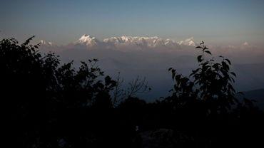 Des centaines d'alpinistes venus du monde entier escaladent les sommets indiens de la chaîne de l'Himalaya (vue de l'Himalaya depuis la station de Kausani)