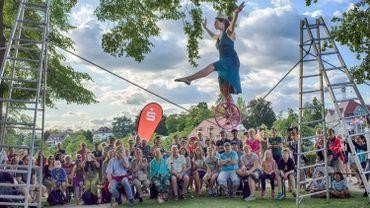 Dans le spectacle Slackrope Act, Jorik, une funambule italienne spécialisée en monocycle et en jonglerie, se balancera sur un fil tendu entre deux échelles.