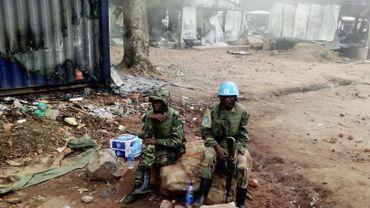 Les soldats de la paix des Nations Unies (ONU) sont vus sur la base civile des Nations Unies à Beni, dans l'est de la République démocratique du Congo, le 26 novembre 2019. Le 25 novembre 2019, des manifestants en colère ont pillé et pillé la base civile des Nations Unies à Beni. Au moins quatre manifestants ont été tués à Beni le 25 novembre 2019, lors de manifestations contre le massacre de dizaines de civils par des groupes armés dans la région.