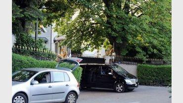 Une voiture sort de la résidence de la famille royale saoudienne, le 16 juin 2012 à Cologny, près de Genève, en Suisse