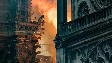 Flammes et fumées au milieu des gargouilles lors de l'incendie de Notre Dame de Paris le 15 avril 2019