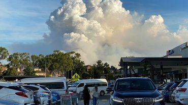 Un nuage de fumée dégagée par des brûlis en périphérie de Sydney, le 2 mai 2021 en Australie