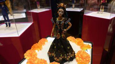 Inspirée par la célèbre fête du Jour des morts, cette nouvelle Barbie représente le personnage de la Catrina, squelette féminin vêtu de riches habits colorés, devenu un symbole de la culture populaire locale.