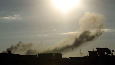 De la fumée s'échappe de bâtiments bombardés le 27 août 2014.