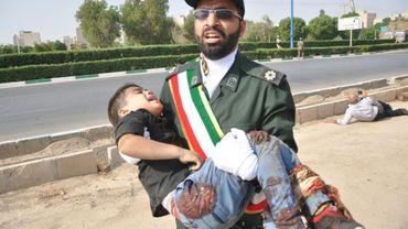 Un Gardien de la révolution porte un enfant blessé lors d'une attaque à Ahvaz, dans le sud-ouest de l'Iran, le 22 septembre 2018