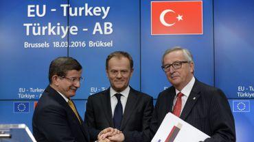 Le Premier ministre turc Ahmet Davutoglu, le président du Conseil européen Donald Tusk et le président de la Commission Jean-Claude Juncker lors de la signature de l'accord sur les migrants en mars dernier