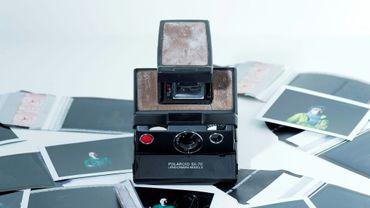 """Un appareil photo de la marque """"Polaroid"""" avec quelques clichés de la marque emblématique, le 12 décembre 2016 à Los Angeles"""