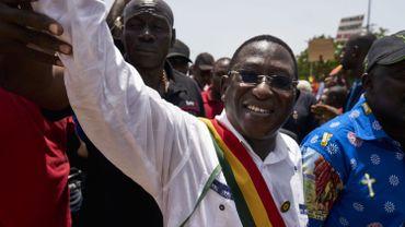 Le chef de l'opposition malienne Soumaila Cisse salue ses partisans alors qu'il se joint à eux lors d'une marche le 15 septembre 2018 à Bamako.