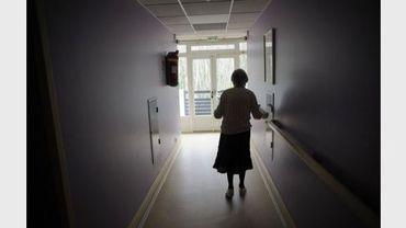 Une personne âgée fait quelques pas dans le couloir d'une maison de retraite, le 18 mars 2011 à Angervilliers.