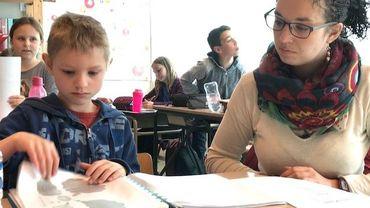 Théotime et une stagiaire en ergothérapie pour lui permettre de suivre les cours comme les autres