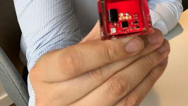 """C'est la petite """"puce"""" noire au centre de cette plaquette électronique qui permet d'améliorer l'autonomie de la batterie d'un appareil, comme une montre connectée par exemple."""