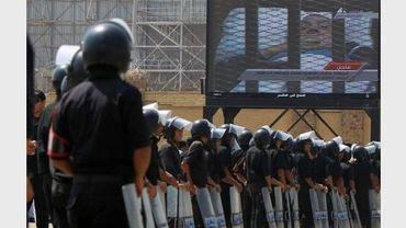 Retransmission sur écran géant du procès Moubarak le 15 août 2011 au Caire