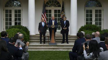 Donald Trump, accompagné par le secrétaire d'Etat au commerce Wilbur Ross (à gauche) et l'avocat général des USA, William Barr, annonce qu'il renonce à sa question controversée.