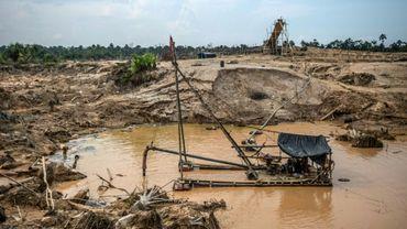 Un dragueur utilisé illégalement pour extraire de l'or avec du mercure près de Puerto Maldonado dans la forêt amazonienne au Pérou le 1er septembre 2019