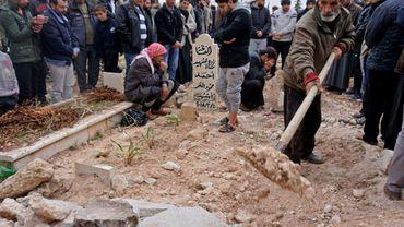 Photo prise le 23 novembre 2018 montrant les funérailles à Kafranbel (ouest de la Syrie) de Raëd Fares et Hammoud al-Jneid, deux figures du soulèvement contre le régime syrien en 2011, également critiques des groupes jihadistes, tués dans ce même village.