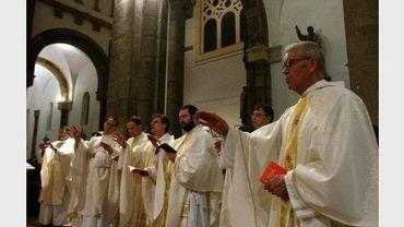 Des prêtres priant à la cathédrale de Tunis en avril 2005 pour Jean Paul II