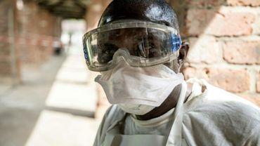 Cette photo fournie par l'Unicef le 13 mai 2018 montre un membre du personnel sanitaire portant des protections contre le virus Ebola à l'hopital de Bikoro, en RDC, où une flambée de la fièvre hémorragique a été détectée.