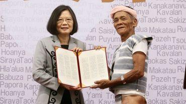 La présidente de Taiwan, Tsai Ing-wen et le chef indigène Capen Nganaen, à Taipei, le 1er août 2016