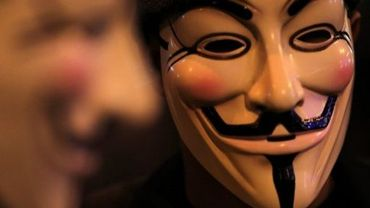 Un homme porte le masque de Guy Fawkes, symbole des Anonymous, le 1er janvier 2012