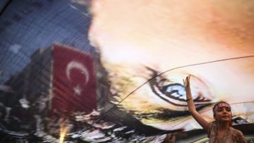 Une jeune fille turque manifeste contre le putsch