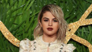 L'actrice Selena Gomez pose sur le tapis rouge à son arrivée aux British Fashion Awards 2017, à Londres, le 4 décembre 2017.